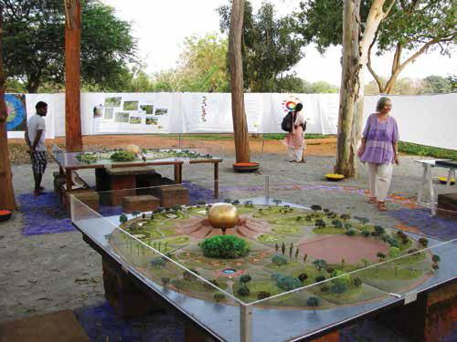 Выставка новых моделей садов проходит возле офиса Матримандира
